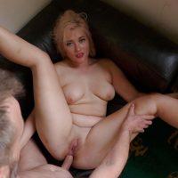 Jeune amatrice blonde se fait défoncer son gros cul